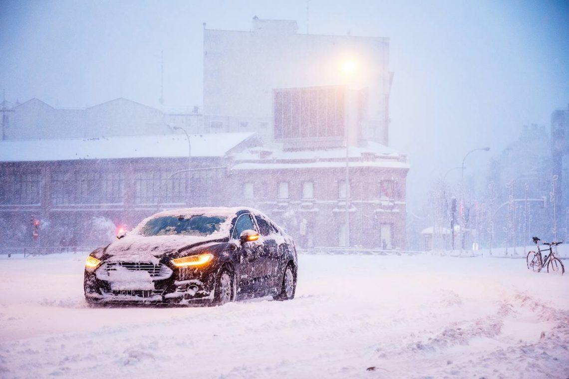 zaśnieżony ford w centrum miasta