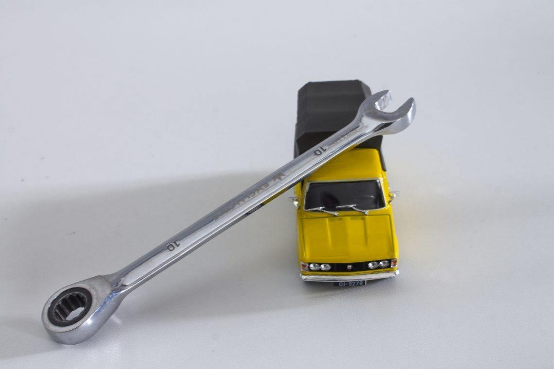 model samochodu z kluczem płaskim
